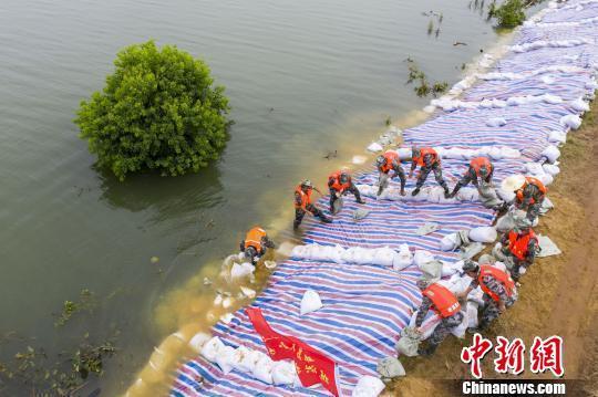 江西鄱阳湖及五河尾闾地区16站超警戒水位 3.9万人投入堤防