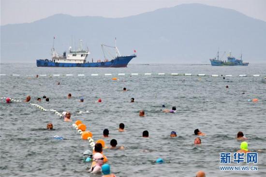 山东青岛:清理海滩迎客来