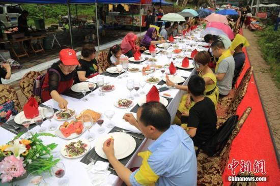 中国营养学会:倡导家庭、社会使用公用餐具和分餐制