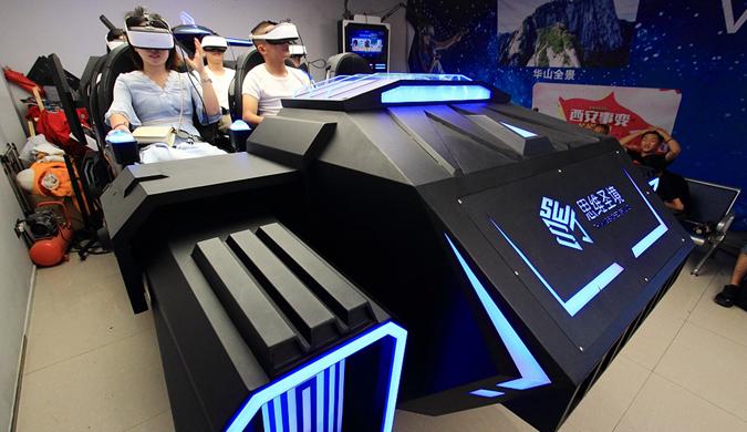 陕西西安:游客在街头体验VR视界720°全息影像