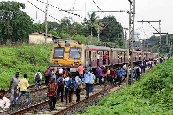 印度一铁路列车上空电线断裂 乘客被迫下车步行