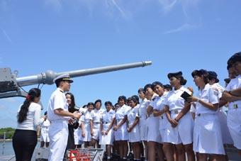 日本海自访问南美洲 厄瓜多尔女兵登舰交流