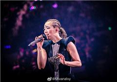 郑秀文演唱会中途哽咽落