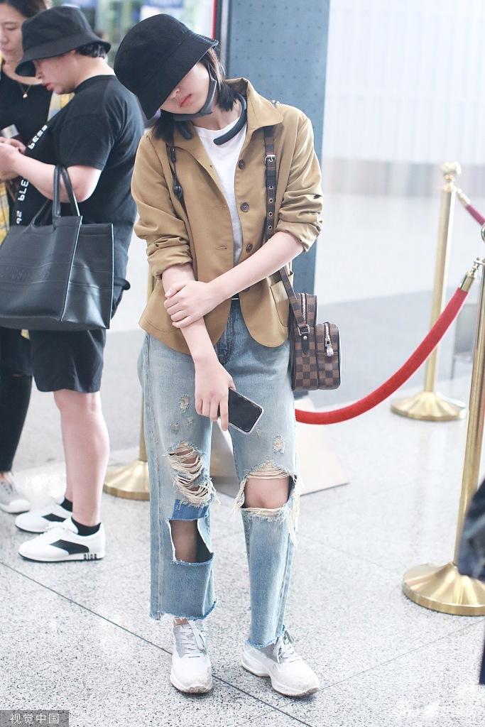 张子枫戴帽遮眼扮酷 对镜歪头凹造型破洞裤抢镜