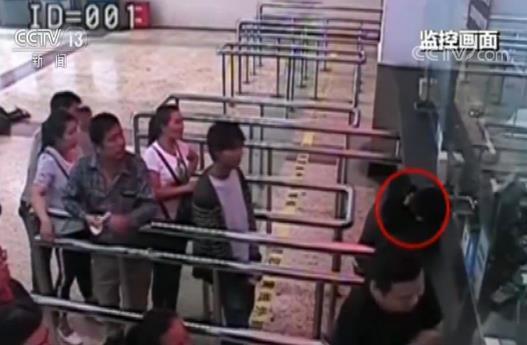 """男子""""霸窗""""退票不听劝说拳打执法民警"""