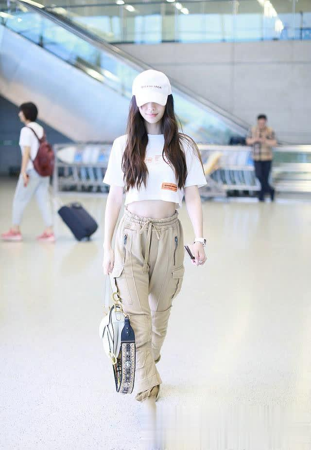 Angelababy穿露脐装现身机场,蚂蚁腰漫画腿不输杨幂