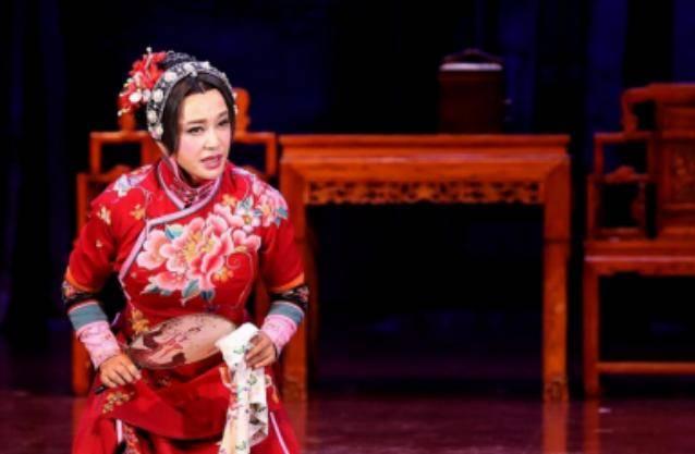64岁刘晓庆连轴转演话剧,换多套旗袍,惊艳观众