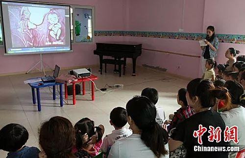 资料图:重庆一幼儿园举行亲子性教育公开课。中新社发 孟幻 摄