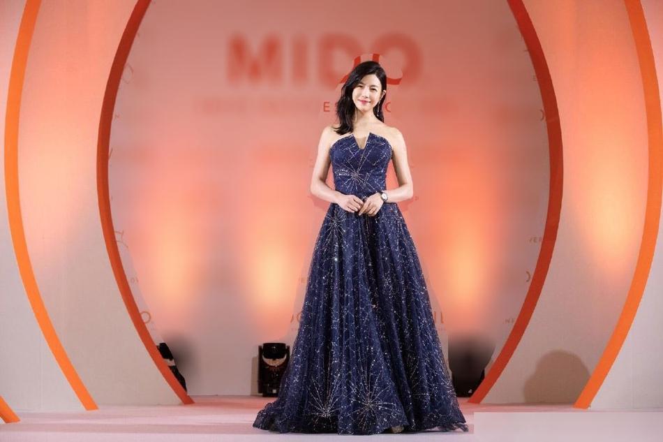 陈妍希身穿蓝色星光露肩长裙优雅大方 透露有生二胎打算