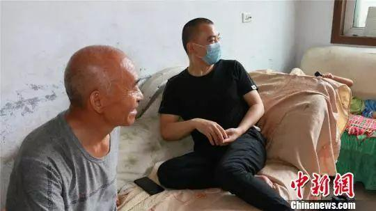 """""""增肥救父""""男孩陪父亲赴京治疗,说救完爸爸再减肥"""