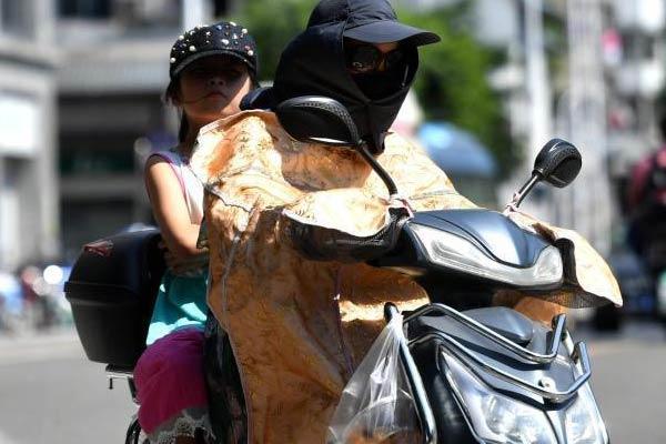 """福州最高气温达38℃ 民众""""武装""""出行"""