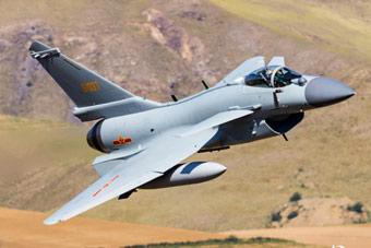 中国空军演练自由空战 歼10C战斗机钻山谷飞行