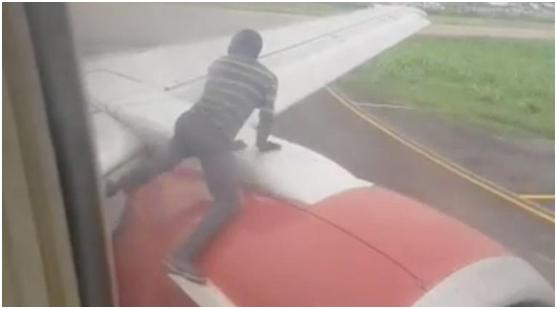飞机正要起飞,一名男子突然爬上机翼吓坏乘客