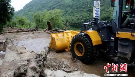 四川石棉遭暴雨引发泥石流 安全转移近百名群众