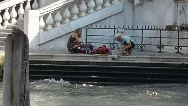 威尼斯桥上煮咖啡? 德国两名背包客被罚950欧元还被勒令离境