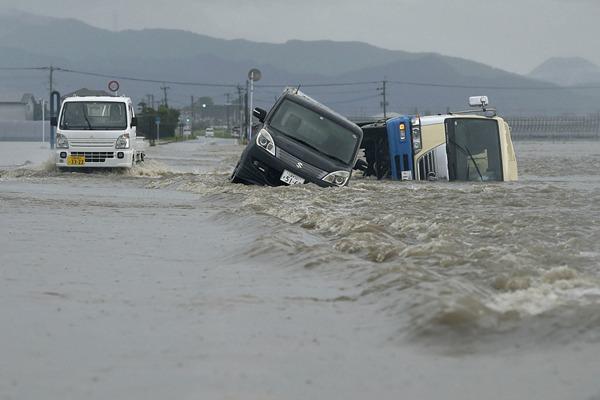 日本福冈遭遇暴雨 车辆在深水中艰难行驶