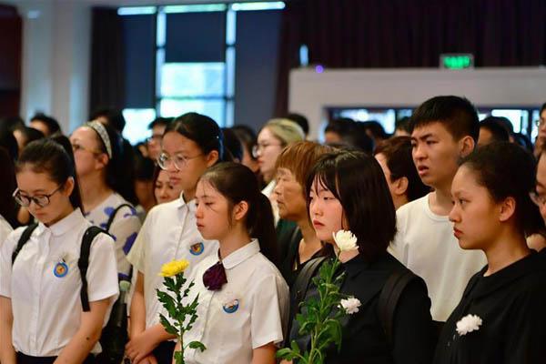众人在歌声中送别厦门六中音乐教师高至凡