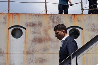 乌总统视察乌克兰号巡洋舰 询问能否完成建造