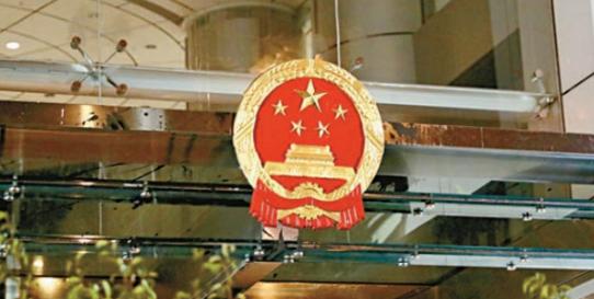香港法律界人士:涂污及侮辱国徽是非常严重的刑事罪行,可被判刑3年