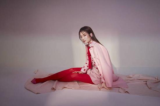 Selina时尚大片曝光 笑容甜美谱写粉色浪漫