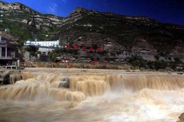 山西临汾黄河壶口瀑布水量持续增大 形成百米长瀑布群