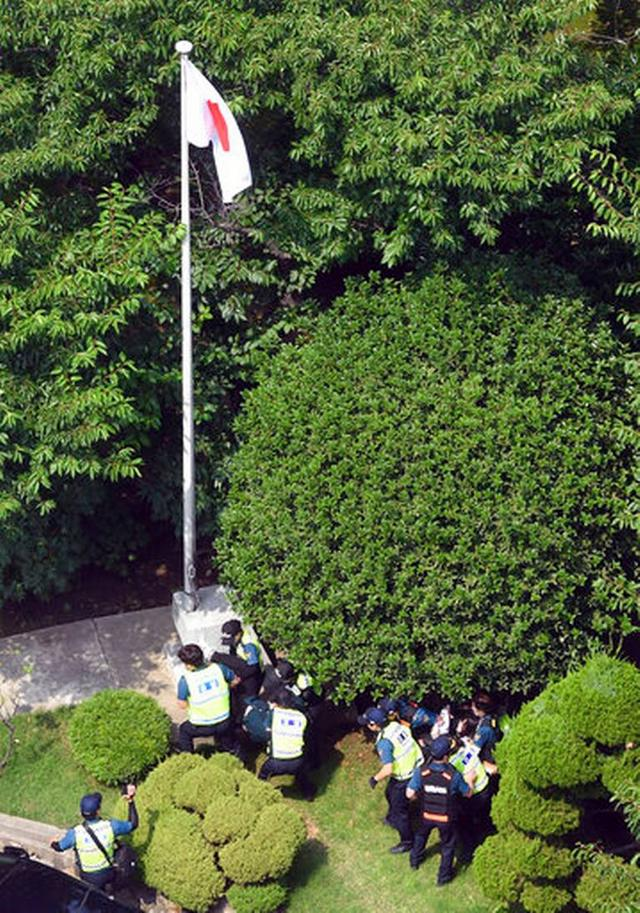 """韩国6名青年闯入日本釜山领事馆抗议,高喊""""日本道歉"""""""