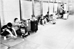 武汉汉口火车站地下空间难觅公共座椅 不少候车旅客席地而坐