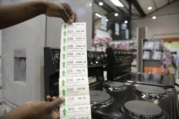 英媒:通胀严重+持续干旱,津巴布韦数百万人面临饥荒