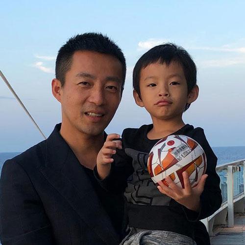 汪小菲儿子正面照 看脸像爸爸还是更像妈妈呢?