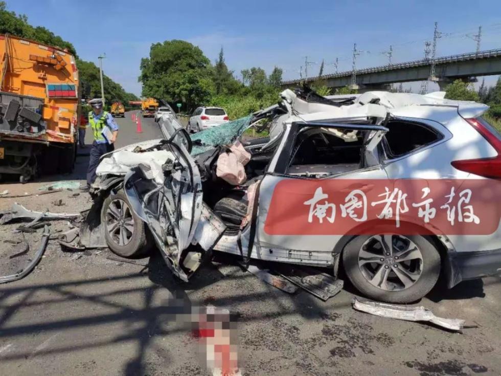 海南西线高速澄迈段发生追尾事故,致1人死亡