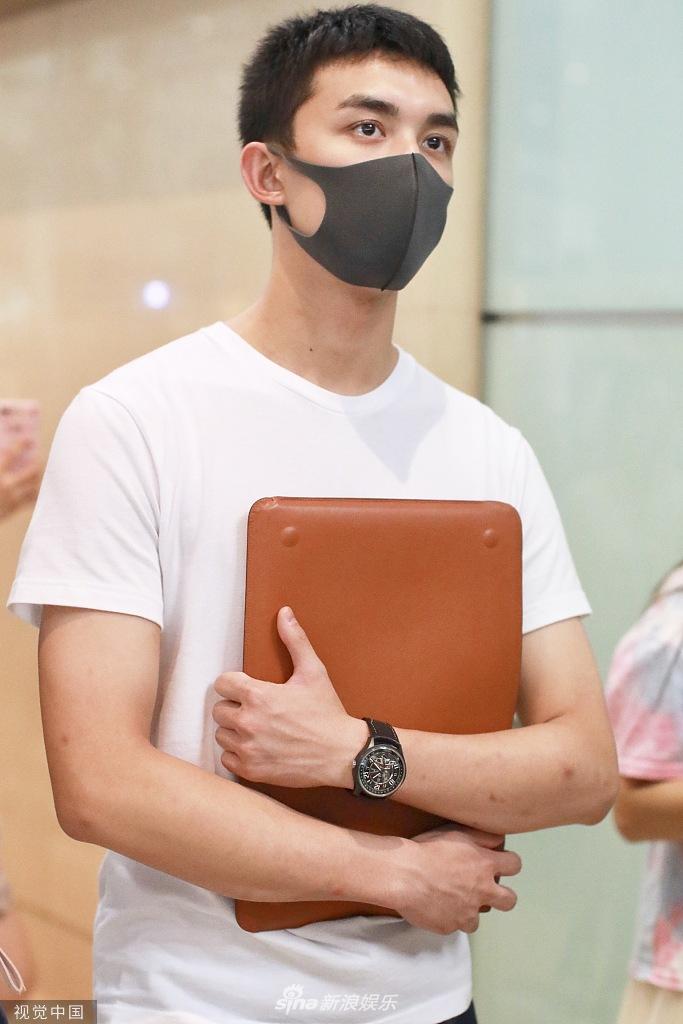 吴磊脱衬衫学弟秒变精英男 口罩遮面难掩深邃眉眼帅气满分