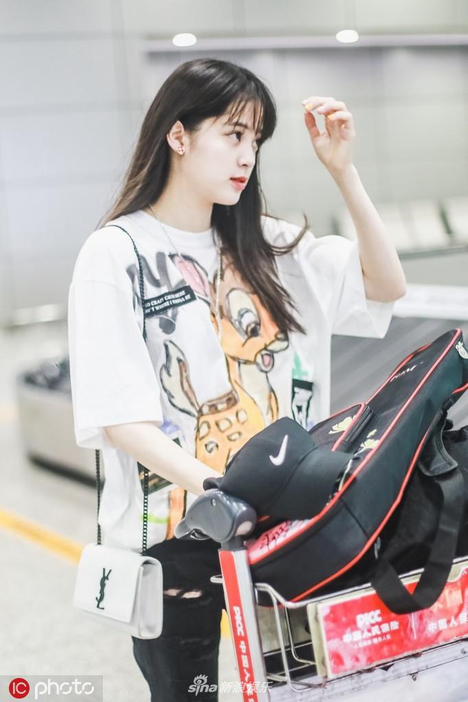 欧阳娜娜穿小鹿T恤学生装简约可爱 独自扛行李赶飞机