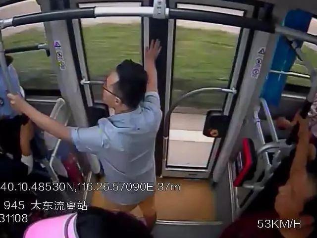 """""""我要下车!下车听到没?""""一男子坐过站抢夺方向盘!刑拘!"""