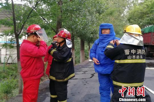 货车LNG气罐被撞裂 消防员穿防冻服排气除险