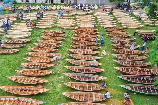 孟加拉国雨季光降 平易近众提前购买小木船应对汛期出行