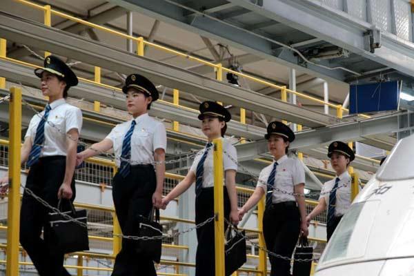 中铁西安局女动车组司机开展岗前培训