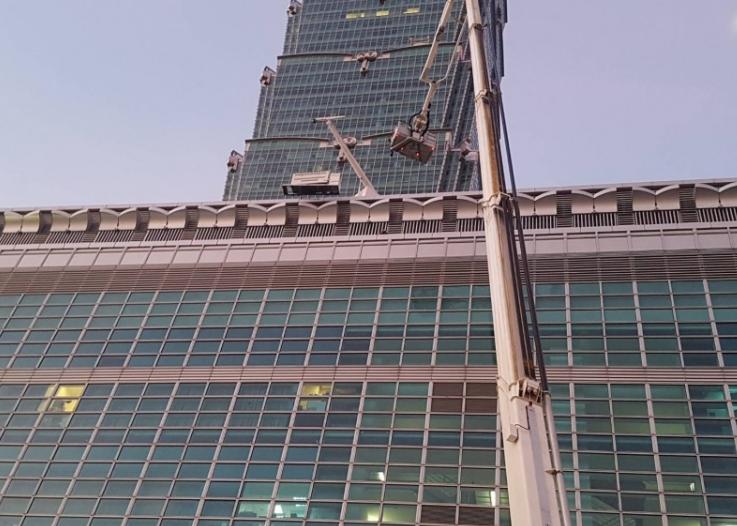 台北101大楼发生坠楼事故,两名工人从60米高度跌落1人当场死亡