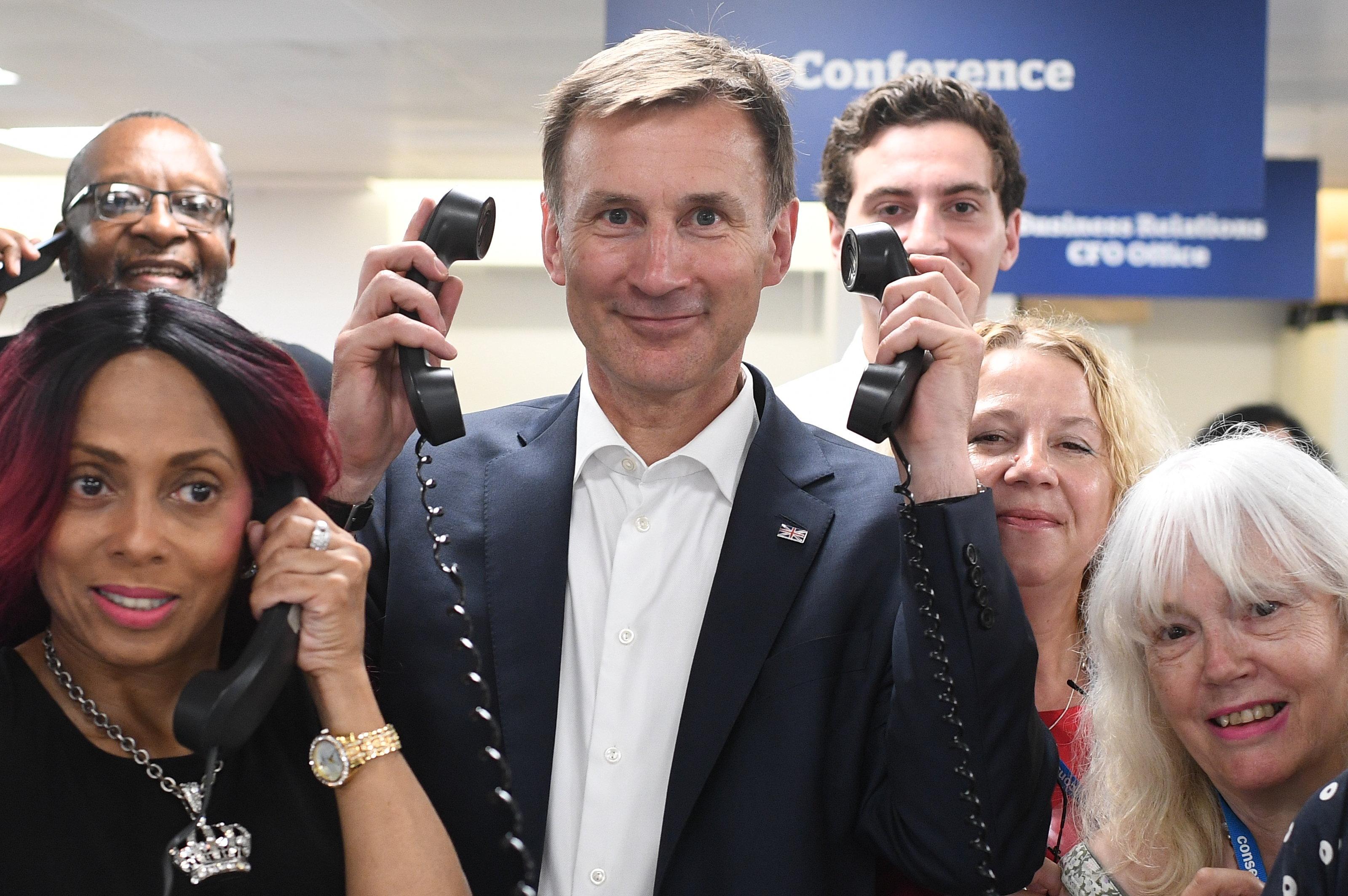 """鲍里斯和亨特现身英国保守党呼叫中间 当""""客服""""进行拉票"""