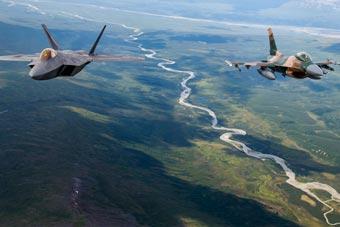 美军F-22拍酷炫飞行大片 F-16甘当陪衬