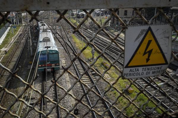 意大利铁路供电系统遭恶意纵火 列车延误达4小时