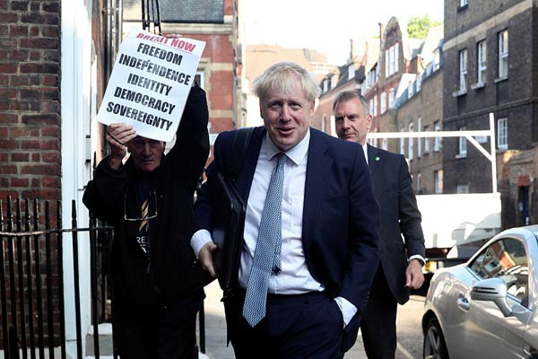 英国保守党新党魁将揭晓 约翰逊现身竞选总部