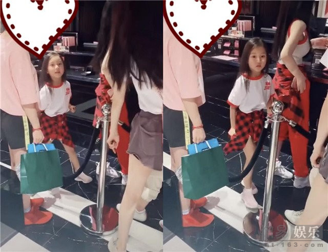 李小璐带女儿逛街 甜馨与路人打招呼超乖巧