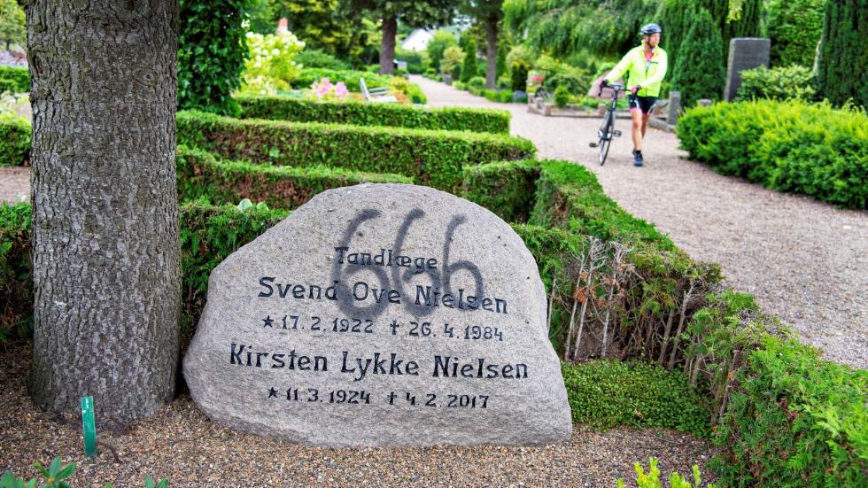 恶搞死人?丹麦一墓园遭殃 近百座墓碑被人喷上