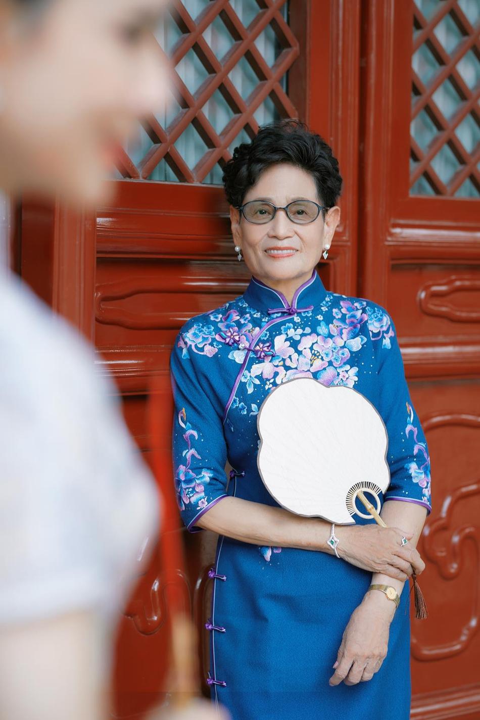 李若彤与妈妈旗袍写真曝光 母女合体状态佳尽显优雅高贵