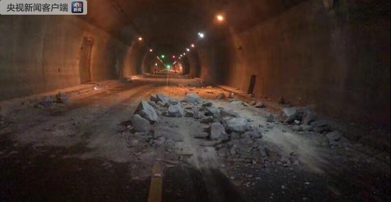 湖北一高速公路隧道发生顶部坍塌事故 致沿途车辆滞留