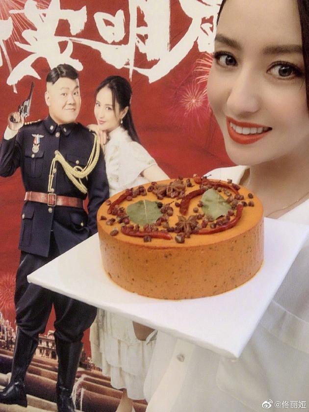 佟丽娅手捧火锅蛋糕甜美自拍 网友直呼:重口味