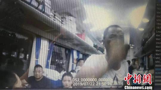 """高喊""""来铐我啊"""" 醉酒男子大闹列车被拘10日"""