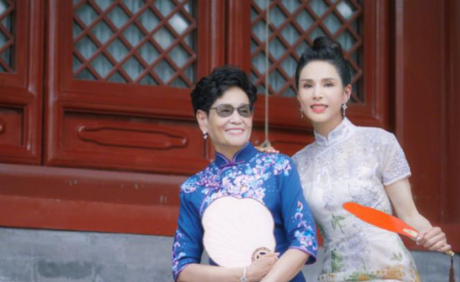 """李若彤和母亲拍旗袍写真照,气质优雅不愧是""""不老女神"""""""
