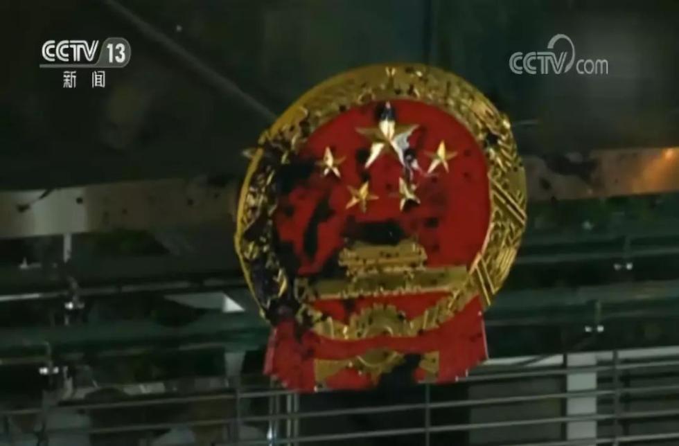 看到新闻联播里污损的国徽照,无数人心都碎了