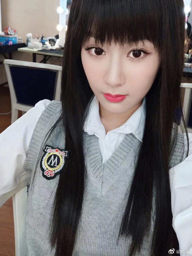 杨紫晒长发佟年定妆照 穿学生制服又美又萌